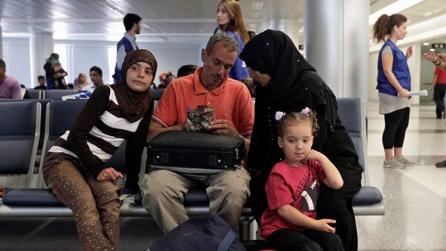 Syrische Flüchtlingsfamilie in einem Flughafen