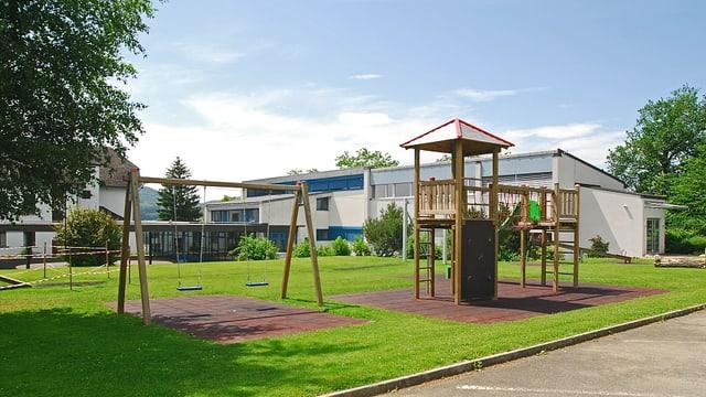 Schulhaus in Winznau. Im Vordergrund ein Spielplatz