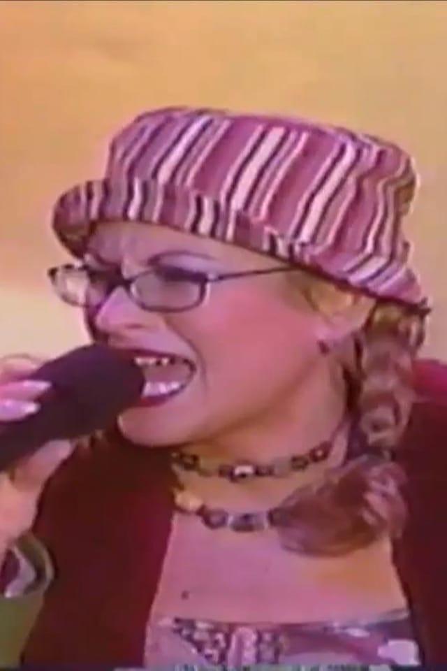 Anastacia am Singen mit Mütze