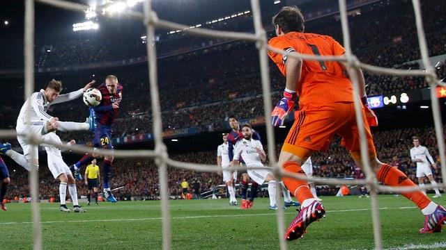 Jeremy Mathieu trifft zum 1:0 für Barcelona.