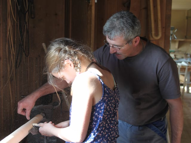 Maelle und Walter an der Drehbank