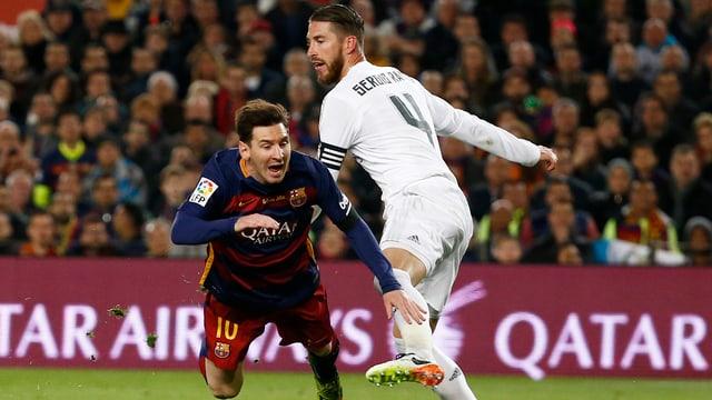 Lionel Messi im freien Flug nach einem Foul.