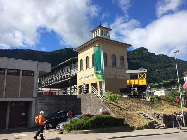 Ein Gebäude bei einem Bahnhof.