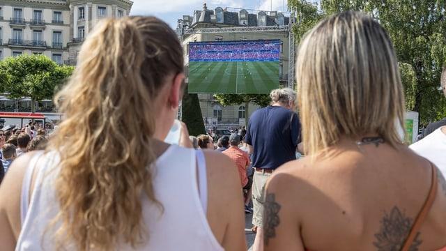 Zwei Frauen vor einem Public-Viewing-Bildschirm