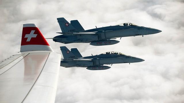 Zwei F/A-18 begleiten Flugzeug.