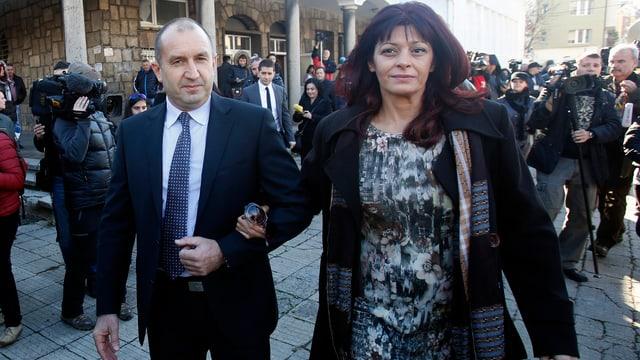 Rumen Radew – im Bild mit seiner Frau – in Sofia. (keystone)