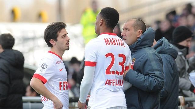 Monaco-Trainer Leonardo Jardim gibt seinen Spielern Anthony Martial und Bernardo Silva an der Seitenlinie Anweisungen..