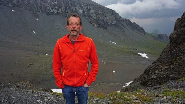 Mann mit Schnauz in der kargen Landschaft beim Segnespass.