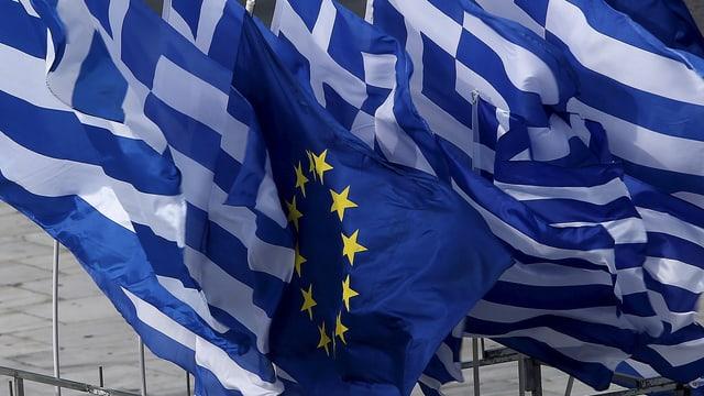 Griechenlandfahnen und in der Mitte eine EU-Flagge.