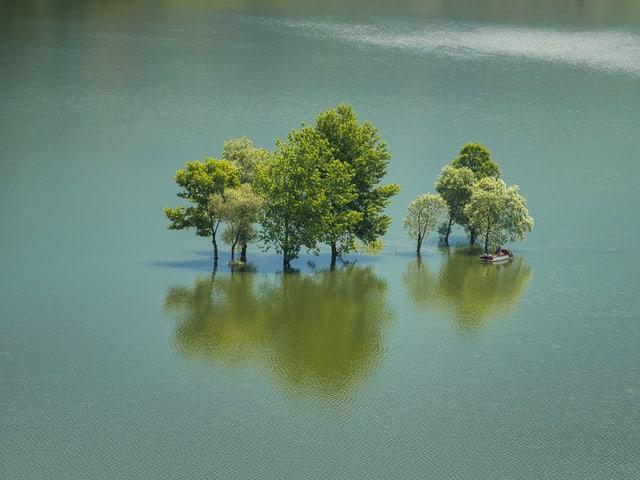 Voller See, eine Insel ist unter Wasser.