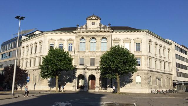 Historisches Gebäude mit 2 Bäumen vordran