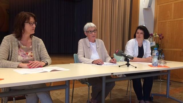 Die Leitung des Spitals Laufenburg informiert. Drei Frauen hocken an einem Pult.