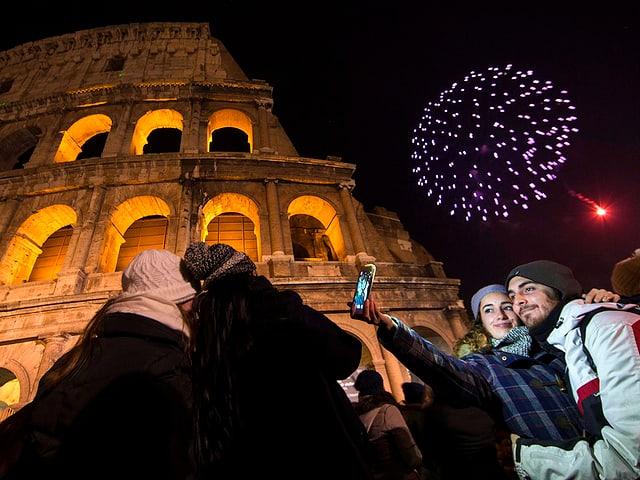 Menschen vor dem Kolosseum in Rom.