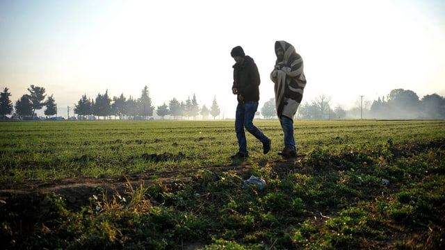 Versuchen, die griechische Grenze zu überqueren: zwei Flüchtlinge.