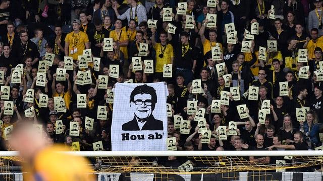 Urs Siegenthalers Konterfei auf einem Transparent mit der Aufschrift «Hou ab»