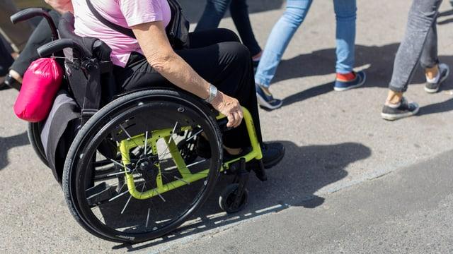 Eine Person im Rolllstuhl