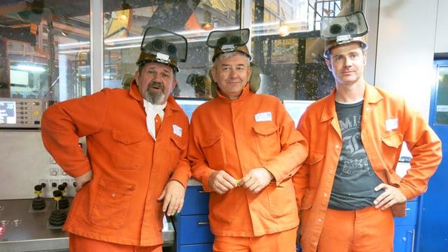 Drei Stahlarbeiter in der Stahlküche von Schmolz und Bickenbach.