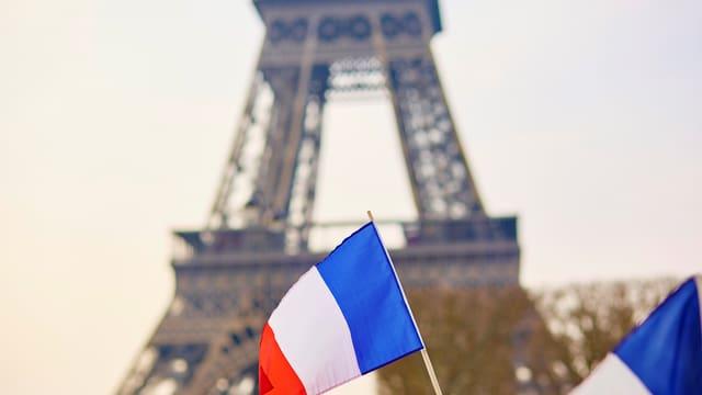 Zwei französische Flaggen vor dem Eiffelturm