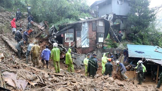 suenter in taifun, pliras persunas tschertgan en las ruinas