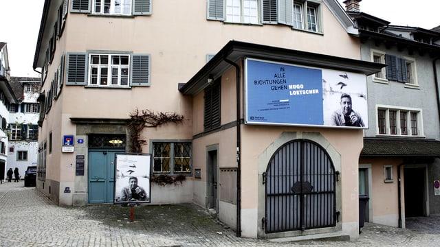 Die Vorderansicht eines Hauses in der Zürcher Altstadt.