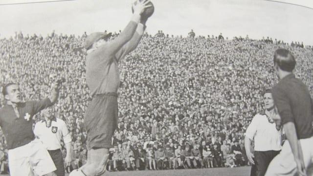 Szene des Fussballspiels Schweiz - Deutschland 1941