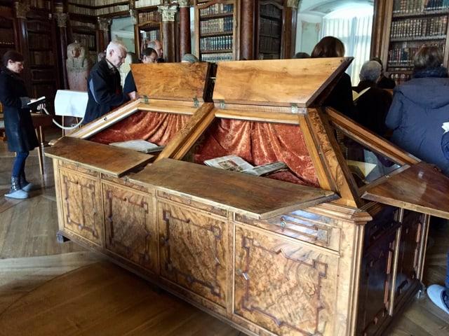 In Schaukästen werden die alten St. Galler Handschriften der irischen Mönche in der Stiftsbibliothek gezeigt.