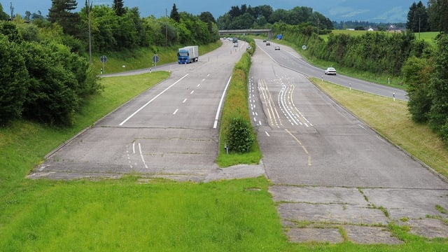 Autobahn, die im Grünen endet