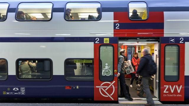 Pendler steigen in einee S-Bahn des Zürcher Verkehrsverbundes