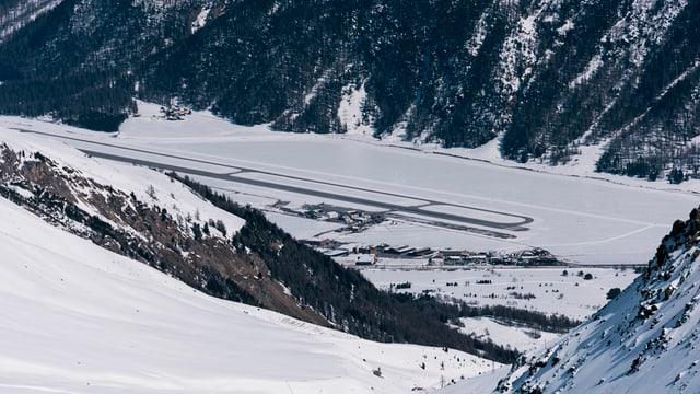 Der Flugplatz im Winter aus der Ferne fotografiert.