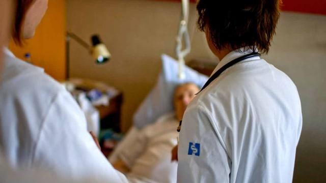 Zwei Ärtze im Spital auf Visite.