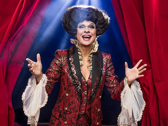Die selbsternannte «Queen of Comedy» hält das Publikum bei Laune.