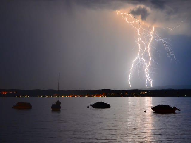 Blitze treffen auf Wasser bei Kesswil/TG