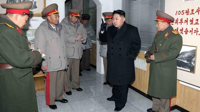 Kim Jong Un und einige Generäle