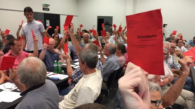 Abstimmung zur Anzahl der Kandidaten mit roten Stimmkarten im Saal des Oltner Hotels Arte.