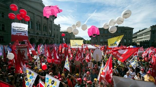 Blick in die Menschenmenge auf dem Bundesplatz.
