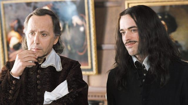 Zwei Männer in mittelalterlicher Kleidung.