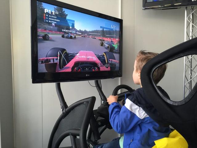 Kleiner Junge in Formel-1 Simulator