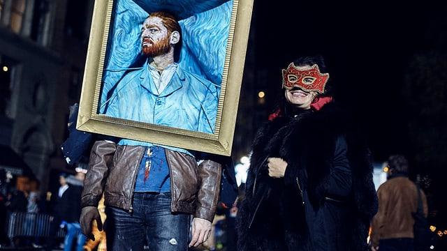 Ein Mann hat sich als Van-Gogh-Porträt verkleidet. Er trägt einen Bilderrahmen um seinen Kopf.