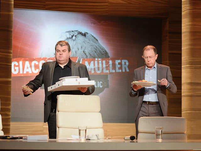 Mike Müller mit Pizzakartons, Viktor Giacobbo mit Pommes Frites