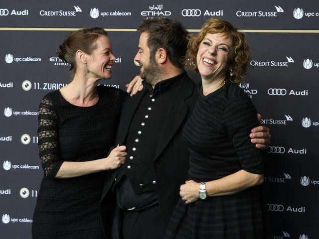 Mona Petri (links) und Sabine Boss nahmen SRF 3-Produzent Marco Thomann mit auf den grünen Teppich.