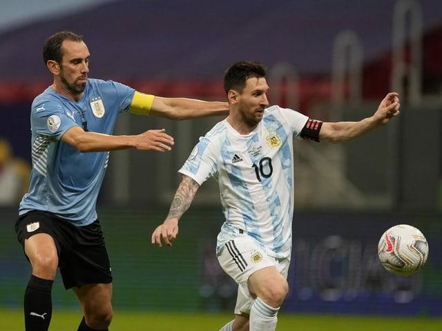 Lionel Messi entwischt Uruguay-Captain Diego Godin.