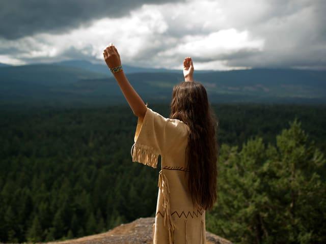 «Shana»  steht auf einem Berg.