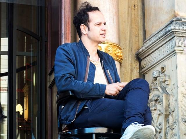 Künstler Tino Seghal sitzt vor dem Martin-Gropius-Bau.