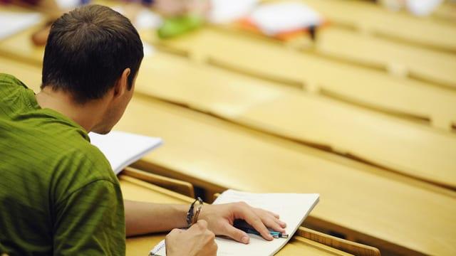 In candidat tar in examen.