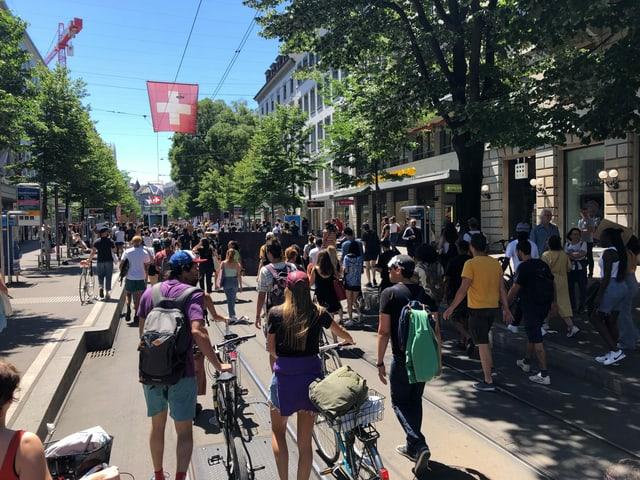 Viele Demo-Teilnehmer in Zürcher Bahnhofstrasse