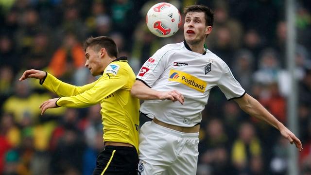 Dortmunds Moritz Leitner im Zweikampf mit Gladbachs Havard Nordveidt.