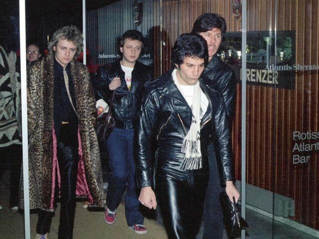 Die Rockband Queen verlässt ein Hotel.