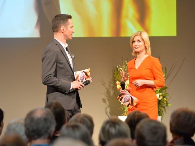 Adrian Küpfer und Sabine Dahinden auf der Bühne.