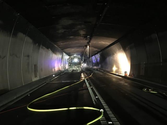 autocar brischà en il tunnel dal San Bernardino