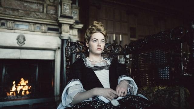 Emma Stone als Abigail Masham im Adelsgewand.